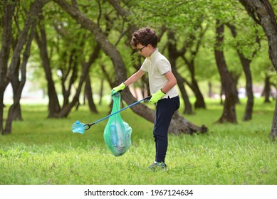 Wiederverwertung von Müll Müll Müll Müll Müll Schrottentsorgung saubere Ausbildung. Naturreinigung, freiwilliges ökologisches Grünkonzept. Junge Männer und Jungen holen bei Sonnenuntergang Frühlingswald auf. Umweltverschmutzung durch Kunststoffe