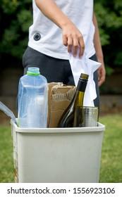 Recycling von Mülleimer mit Kinderhilfe.