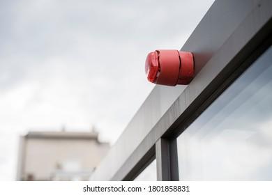Luz testigo de alarma roja conectada a un marco de puerta de metal
