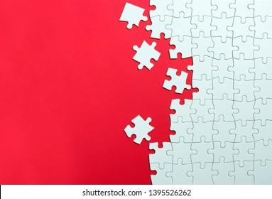 roter Hintergrund aus weißen Puzzleteilen und Platz für Ihre Inhalte