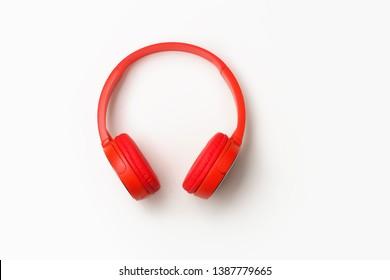 Rote große Kopfhörer auf weißem Hintergrund. Draufsicht
