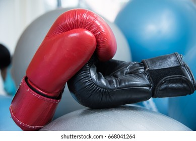 Red and black boxing gloves In the form of handshake, tell the sports that fight with each other, but also make friends.