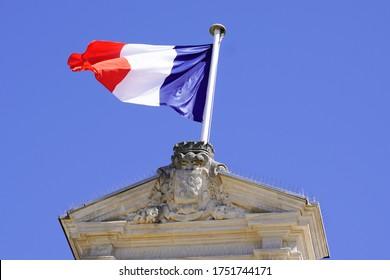 rote weiße französische Flagge im Rathaus