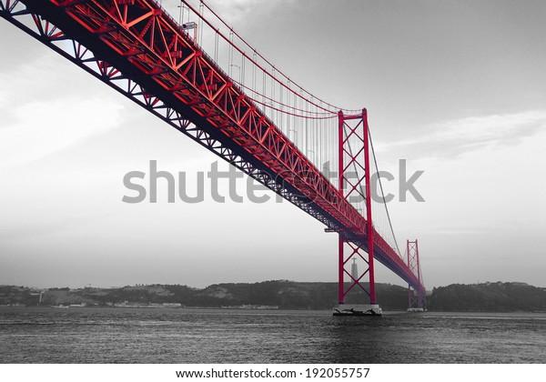 Красный мост на монохроматическом фоне