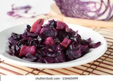 Red cabbage braised with apple and fennel