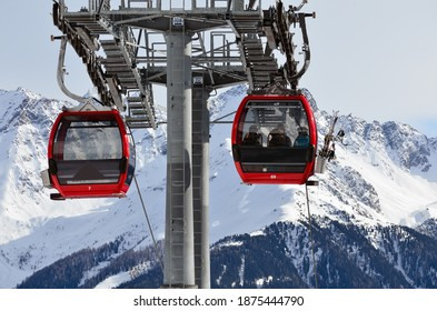 Rote Seilbahn im Skigebiet Alpen