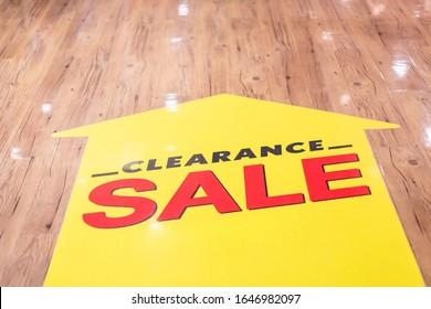 Roter CLEARANCE-SALE-Aufkleber im Erdgeschoss in der Modemall