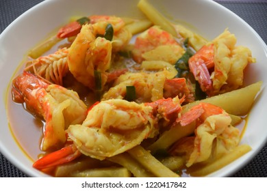 Red curry with shrimp and jicama with coconut and spicy ( Thai food )