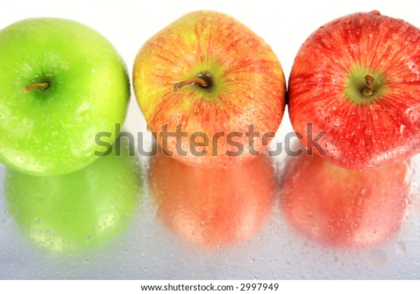 Red to green apples with reflections