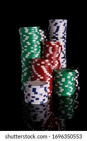 Chiffres de casino rouges, verts et noirs, isolés sur fond blanc