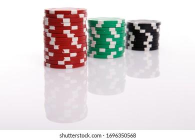 Chiffres de casino rouges, verts et noirs, isolés sur fond blanc avec ombres
