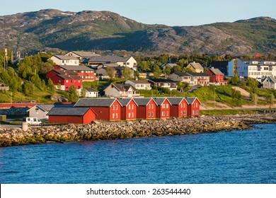 rote Häuserfassaden, die auf der Bucht von Alta (Norwegen)