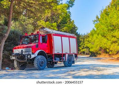 Roter alter Feuerwehrwagen auf dem Hügel von Filerimos im Wald von Ialysos auf Rhodes in Griechenland.