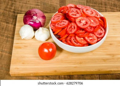 Red onion with garlic and sliced tomatoes