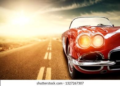 Red Retro Sommer Auto auf der Straße in den USA. Frei Platz für Ihren Text.