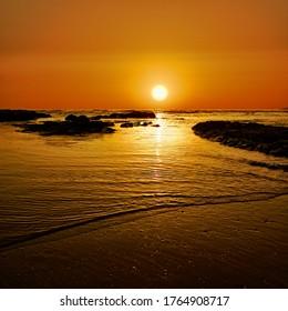 roter Sonnenuntergang auf dem Meer von Sizilien Naturdenkmal und Tourismus im Sommer