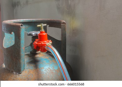 Red valve closes the gas cylinder.