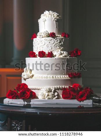Red White Rose Wedding Cake Stock Photo Edit Now 1118278946