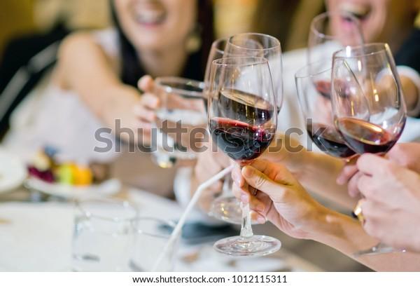 Rotweine trinken und genießen. Party mit Freund. genießen Sie Party. trinken Sie kein Fahrkonzept. Feierlichkeiten