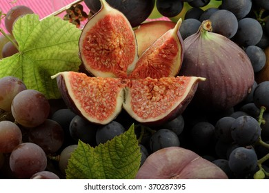 Red wine grapes / dark grapes / figs basket / background