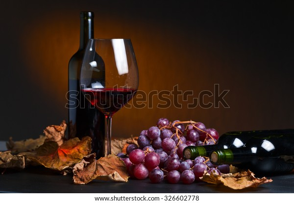 Rotwein mit Weintrauben und Weinblätter