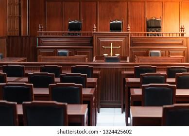 Roter Holztisch und roter Stuhl vor Gericht