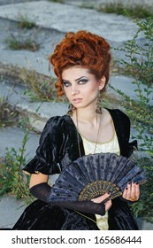 Red-haired lady with a ring on his finger and fan