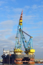 biggest crane vessel in the world
