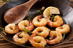 fried king prawns in iron pan