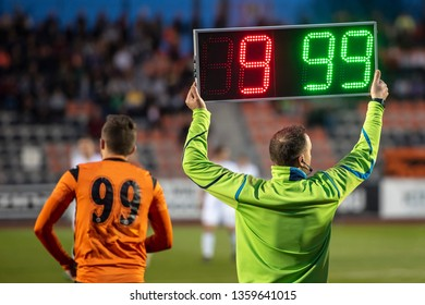 Referee shows players substitution .