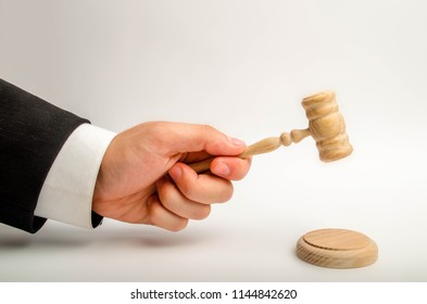 The referee's hand is going to be hit with a hammer and render a verdict in court. court and court cases. Assistance and protection of interests in judicial sitting. Judge. judicial system.