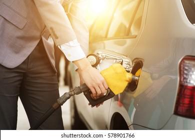 Remplissage du gaz. Gros plan sur un homme qui pompe du carburant à essence en voiture à la station service.