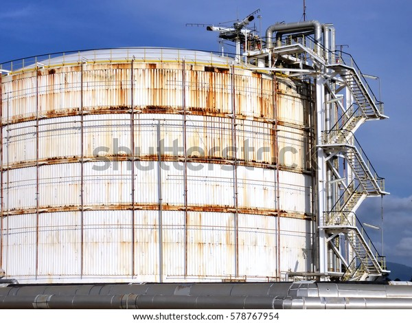 Refinery Crude Oil Storage Tanks Large ภาพสต็อก (แก้ไขตอนนี้