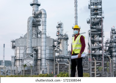 Ingenieur der Raffinerieindustrie mit co-protektiver Koronavirus-Krankheit ab 2019 oder Covid-19maske-Schnürsenkung wegen Arbeitslosigkeit