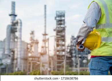 Ingenieur der Raffinerieindustrie mit PSA auf Raffineriebau