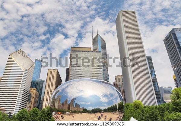 Reflektion von Gebäuden in Chicago in einem Spiegel von Chicago Bean, Millennium Park, Chicago City, USA.
