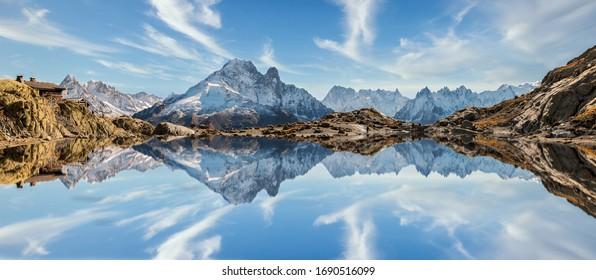 シャモニー、フランスアルプスの高い山々の湖に、モンブランの影が映し出された。