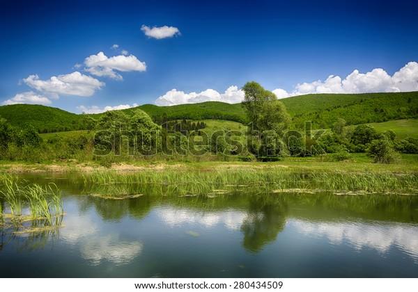 Spiegelungen. Transsilvanische Bergsee- und Hügellandschaft. Sanzieni. Covasna. Rumänien