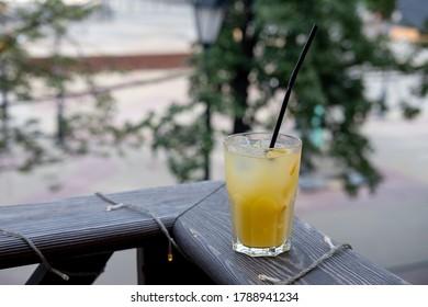 氷でさわやかなオレンジの飲み物。 飲み屋。