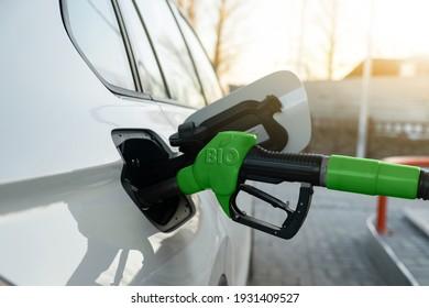 Tanken des Autos mit Biokraftstoff