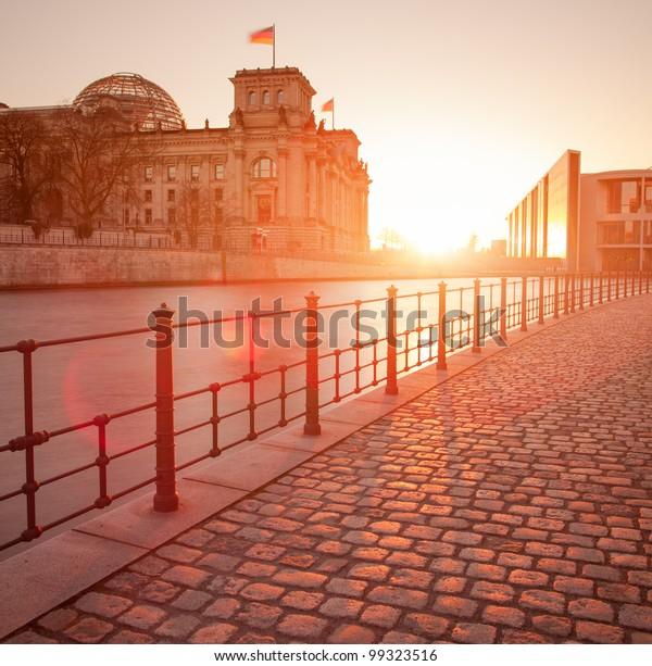 Das Reichstagsgebäude (Bundestag), berühmtes Wahrzeichen in Berlin und Wohnort der deutschen Regierung mit Streudenken