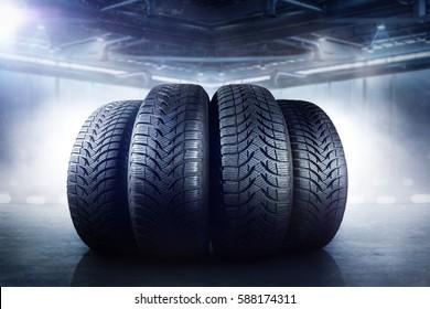 Reifen in einer Lagerhalle