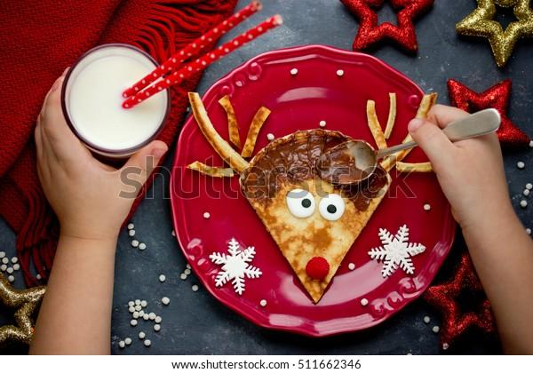 Rendier pannenkoeken grappig en gemakkelijk ontbijt op kerst ochtend maaltijd