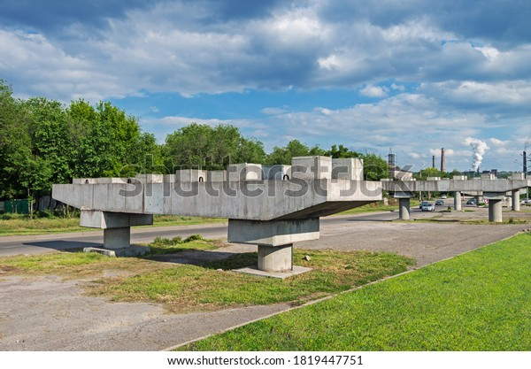 reinforced-concrete-supports-unfinished-