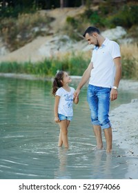 Relationship between father and little daughter, warming the heart photo Happy father and daughter day at the beach