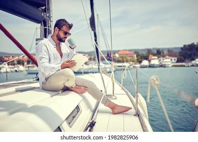 Empresario relajado trabajando en el yate en un día soleado