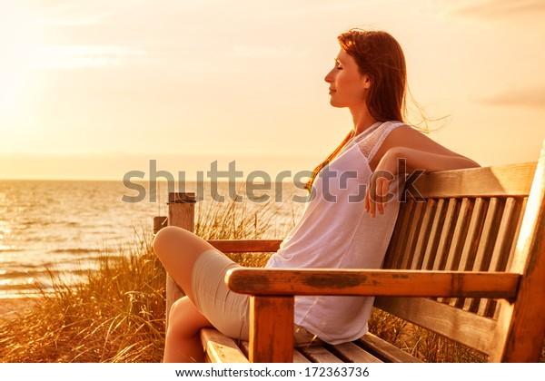 entspannende Frau an der sonnigen Küste