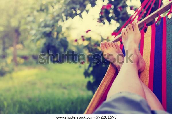 夏の庭でハンモックでくつろぐ