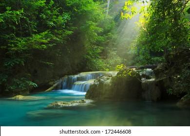 Entspannen Sie am Erawan Wasserfall, Erawan Nationalpark, Thailand