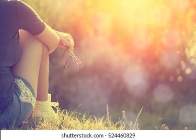 Entspannende Frau in der Natur bei Sonnenuntergang